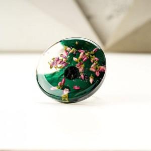 Pierścionek z zielonym oczkiem z wrzosami