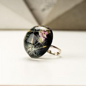 Czarno różowy duży pierścionek z żywicy