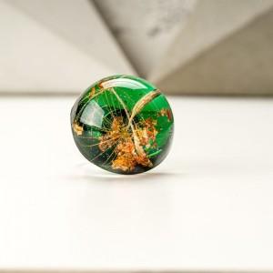Zielony pierścionek z żywicy z prawdziwym dmuchawcem i płatkami złota 1