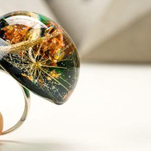 Zielony pierścionek z żywicy z prawdziwym dmuchawcem i płatkami złota 5