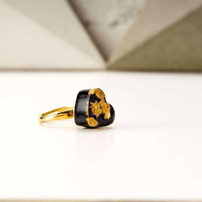 Złoty pierścionek z czarnym serduszkiem