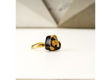 Złoty pierścionek artystyczny z czarnym serduszkiem