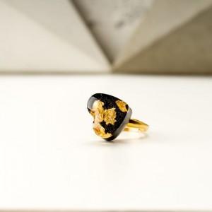 Złoty pierścionek artystyczny z czarnym serduszkiem na prezent