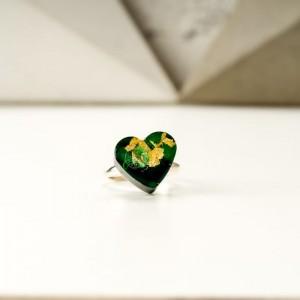 Zielony pierścionek z sercem z żywicy jubilerskiej ze złotymi płatkami 1