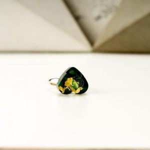 Zielony pierścionek z sercem z żywicy jubilerskiej ze złotymi płatkami 2