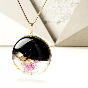 Biżuteria artystyczna wisior czarno różowy na złoconym łańcuszku