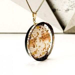 Naszyjnik artystyczny  miedziany na złoconym łańcuszku z czarną zawieszką