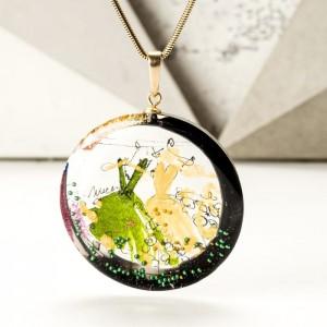 Naszyjnik z inicjałami na prezent ręcznie malowany, artystyczny pozłacany zielono złoty 1