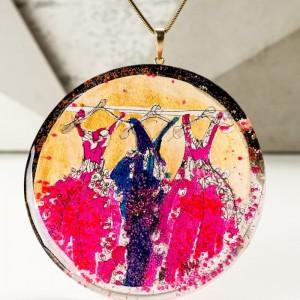 Naszyjnik duży artystyczny koło ręcznie malowany pozłacany złoto różowo granatowy do eleganckiej sukienki 1