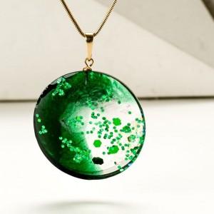 Naszyjnik butelkowa zieleń w biżuterii.