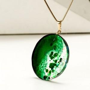 Duży naszyjnik zielony na pozłacanym łańcuszku. 1