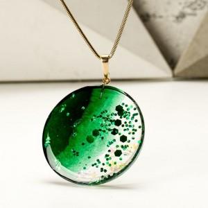 Naszyjnik z zielonym oczkiem.