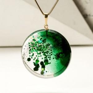 Naszyjnik zielony onym srebrnym łańcuszku.1