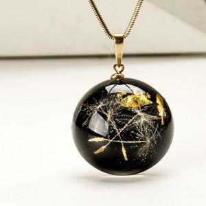 Pozłacany naszyjnik z czarną zawieszką z dmuchawcem i złotymi płatkami 1