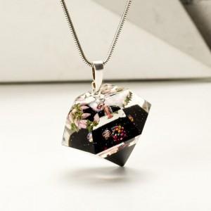 Elegancki naszyjnik w kształcie diamentu.
