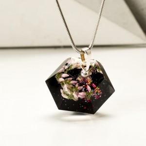 Elegancki naszyjnik w kształcie diamentu.1