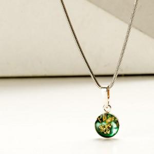 Naszyjniki dla przyjaciółek w klasycznej formie z zieloną zawieszką.1