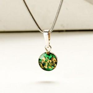 Naszyjniki dla przyjaciółek w klasycznej formie z zieloną zawieszką.