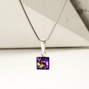 Srebrny naszyjnik damski z kwadratową fioletową zawieszką.