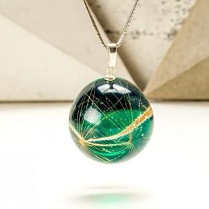Modna biżuteria z zieloną zawieszką i dmuchawcem w żywicy.