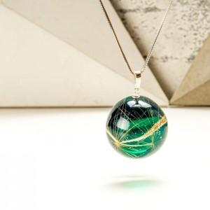 Modna biżuteria z zieloną zawieszką i dmuchawcem w żywicy.1