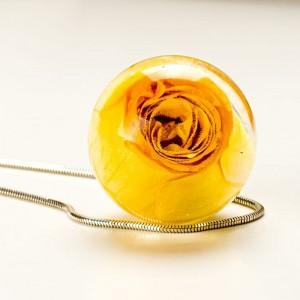Naszyjniki srebrne z żółtą różą. Kwiat prawdziwej róży.