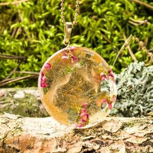 Złoty naszyjnik z żywicy z różowymi wrzosami 1