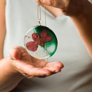 Naszyjnik z żywicy z suszonymi kwiatami z zieloną okrągłą dużązawieszką i płatkami złota na pozłacanym łańcuszku 1