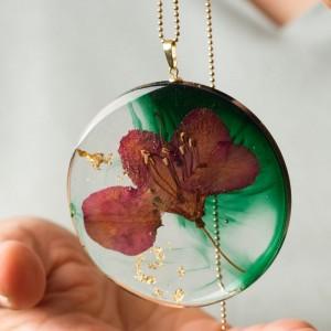 Naszyjnik z żywicy z suszonymi kwiatami z zieloną okrągłą dużązawieszką i płatkami złota na pozłacanym łańcuszku 2