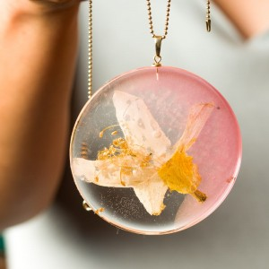 Naszyjnik artystyczny z prawdziwymi kwiatami okrągła duża różowa złotym łańcuszku, naszyjnik z żywicy żółto złota zawieszka 2