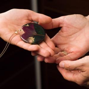 Naszyjnik z fioletowo zieloną dużą zawieszką z prawdziwym kwiatem na pozłacanym łańcuszku, okrągła zawieszka  płatki złota