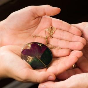 Naszyjnik z fioletowo zieloną dużą zawieszką z prawdziwym kwiatem na pozłacanym łańcuszku, okrągła zawieszka  płatki złota 2