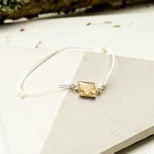 Bransoletka artystyczna na białym sznurku ze złotą zawieszką 1