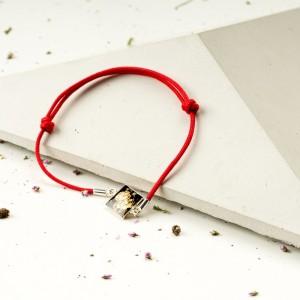 Bransoletka artystyczna na czerwonym sznurku z czarną zawieszką 1