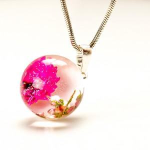Naszyjnik artystyczny z suszonymi kwiatami ze srebrem.