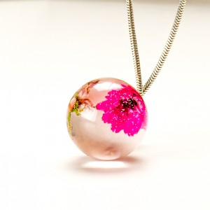 Naszyjnik z suszonymi kwiatami ze srebrem.