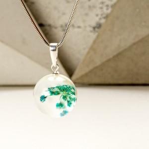 Naszyjnik artystyczny niebieskie kwiaty w srebrnej oprawie.