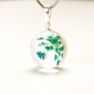 Naszyjnik niebieskie kwiaty w srebrnej oprawie.
