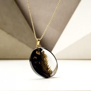 Biżuteria naszyjniki z roślinami i płatkami złota