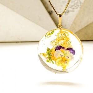 Naszyjnik z kwiatem bratka do dużego dekoltu.