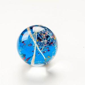 Ciekawy pierścionek srebrny z niebieskim oczkiem.