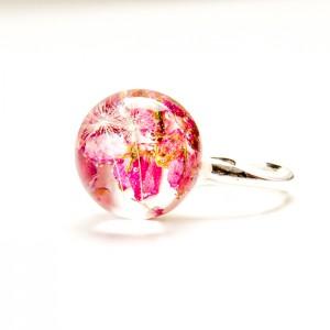 Srebrny pierścionek z różowym oczkiem wypełnionym wrzoścem i dmuchawcem. 1