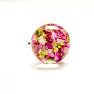 Ciekawe pierścionki srebrne z kwiatami wrzosu.