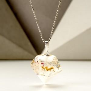 Kolorowy naszyjnik w kształcie diamentu.