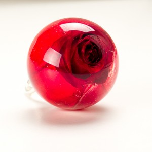 Pierścionek z żywicy z prawdziwą czerwoną różą.1