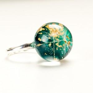 Srebrny pierścionek z kulką Srebrny pierścionek z kulką zieloną wypełnioną dmuchawcami.