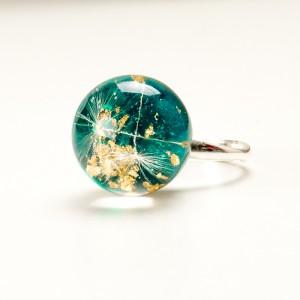 Srebrny pierścionek z kulką zieloną wypełnioną dmuchawcami.1