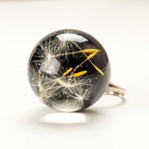 Duży pierścionek czarny z żywicy z dmuchawcem 1