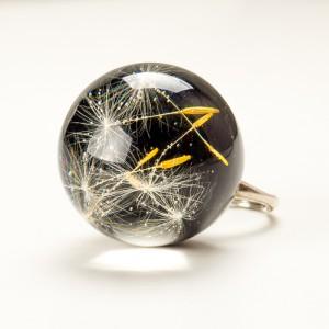 Duży pierścionek czarny z żywicy z dmuchawcem 2