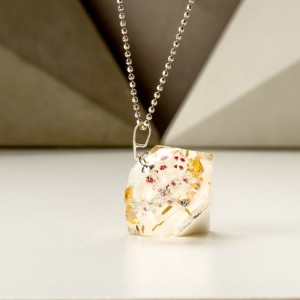 Kolorowy naszyjnik w kształcie diamentu. 6